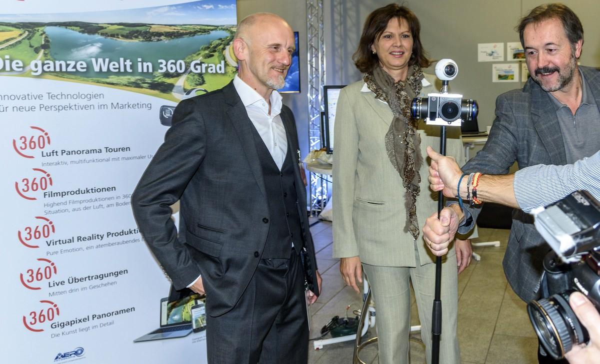360 Grad Video Revolution VR Brille Virtual Reality 360° 3D stereo ambisonic filme erstellen aufnehmen videoproduktion agentur drone spatial audio augsburg muenchen deutschland ilse aigner