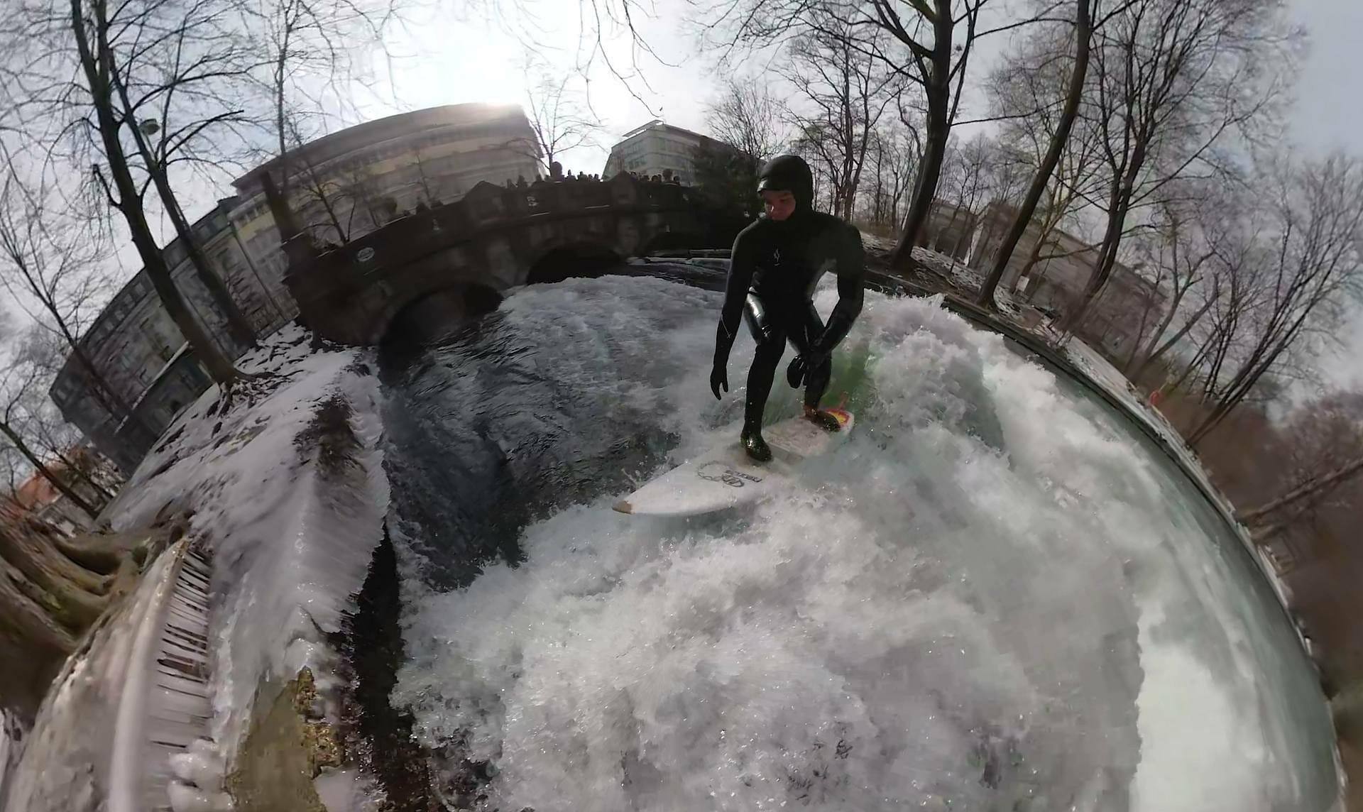 Eisbach Surfer 360° video